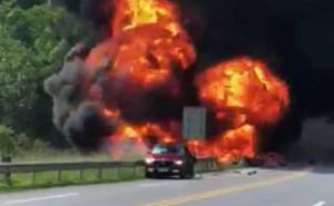 Xe bồn chở dầu đâm ô tô con rồi lao xuống thành cầu bốc cháy, cột khói cao hàng trăm mét