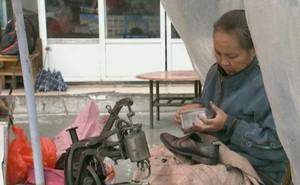 Người phụ nữ hơn 20 năm không dám bỏ nghề sửa giày, biết được lý do đằng sau ai cũng rưng rưng