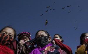 'Ngôi mộ bầu trời' - tục mai táng rùng rợn của người Tây Tạng