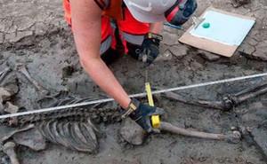 Tìm thấy bộ xương 500 tuổi vẫn còn đi giày ở London