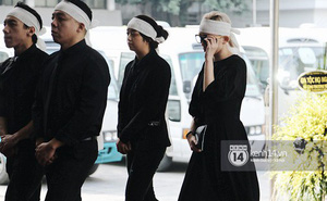 Tóc Tiên xuất hiện lặng lẽ trong đám tang của mẹ Hoàng Touliver, lo toan như người thân trong gia đình