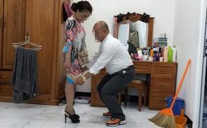 Bức ảnh người đàn ông kéo váy vợ khiến dân mạng xôn xao bàn tán