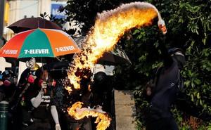 24h qua ảnh: Người biểu tình Hong Kong ném bom xăng vào đồn cảnh sát