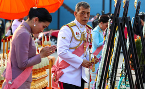 """Quốc vương Thái Lan sa thải tiếp cận vệ vì """"hành vi sai trái cực kỳ tồi tệ"""" và """"ngoại tình"""""""