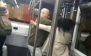 Say xỉn, đôi tình nhân lao vào đánh nhau một mất một còn trên xe bus