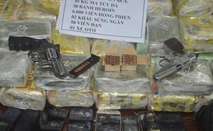 """2 thanh niên mang súng ngắn chứa đầy đạn vận chuyển lô ma túy """"khủng"""" đi giao hàng"""