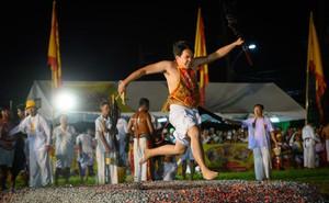7 ngày qua ảnh: Người đàn ông chân trần chạy qua than hồng trong lễ hội cho người ăn chay