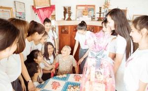 Top 30 Người đẹp Xứ dừa thăm hỏi, tặng quà mẹ Việt Nam anh hùng trước thềm chung kết