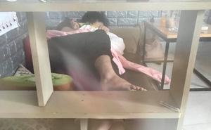 Đôi trẻ nằm ôm nhau giữa quán cà phê gây phản cảm, khách phải gọi chủ quán ra giải quyết