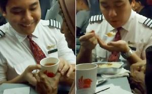 Nam tiếp viên kiên nhẫn trò chuyện, đút thức ăn cho cụ bà 117 tuổi trên máy bay khiến dân mạng 'tan chảy'