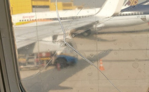 Hành khách phát hoảng khi thấy cửa sổ máy bay bị nứt