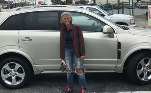 Đi bộ 19 km từ công ty về nhà ròng rã 3 tháng, người phụ nữ được tặng xe hơi