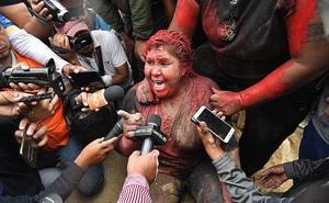 Nữ thị trưởng bị đổ sơn đỏ, cắt tóc và ép quỳ ký đơn từ chức giữa đường phố