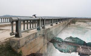 """Tấm xốp """"khổng lồ"""" lộ ra khỏi lớp bê tông mỏng của cây cầu hơn 7 tỷ đồng ở Hà Tĩnh"""