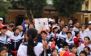 Cuốn sách có chữ ký của Hà Đức Chinh đến tay học sinh ở quê hương Ngã Ba Đồng Lộc