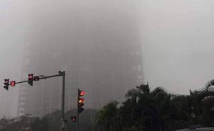 """Hà Nội: Sương mù bao phủ dày đặc, các tòa nhà cao tầng bất ngờ """"biến mất"""""""