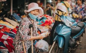 Nụ cười lạc quan của bà bán vé số dạo và món quà xúc động từ nhiếp ảnh gia