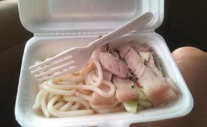 """Hết nguyên liệu, cửa hàng vẫn """"ráng"""" bán suất mì spaghetti với… nước mắm và thịt luộc khiến dân tình choáng váng: Cố đấm ăn xôi vừa!"""