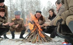 Ông Kim Jong Un hành động lãng mạn với phu nhân Ri Sol Ju, báo Hàn: Hoàn toàn khác thế hệ trước!