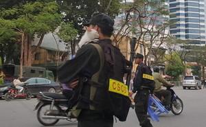 Hình ảnh chiến sĩ CSCĐ ôm mèo con chờ đoàn xe ưu tiên đi qua gây 'sốt' MXH