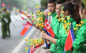 [ẢNH] Người Hà Nội mang cờ hoa tiễn Chủ tịch Triều Tiên Kim Jong-un về nước