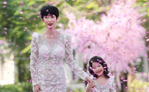 Siêu mẫu Xuân Lan cùng con gái cưng làm vedette