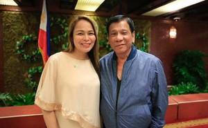 """TT Duterte bị phản đối kịch liệt vì """"vạ miệng"""" với nữ thị trưởng xinh đẹp: Cô có muốn bỏ trốn cùng tôi không?"""