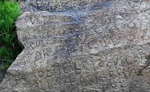 Bí ẩn về ký tự lạ trên phiến đá cổ 230 năm tuổi chưa có lời giải