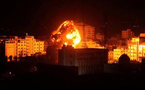 Máy bay chiến đấu Israel tấn công Dải Gaza, bầu trời đêm rực lửa: Đã có thương vong