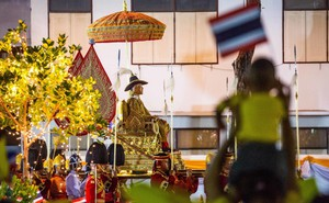 Vua Vajiralongkorn dừng bái Phật ở nơi ngự pho tượng Phật được tôn kính bậc nhất Thái Lan