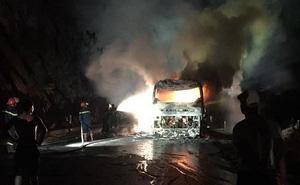 Xe khách giường nằm bốc cháy dữ dội, 30 hành khách tháo chạy thoát thân