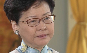 """Đặc khu trưởng phản bác cáo buộc """"bán Hong Kong"""", rơi nước mắt thừa nhận luật gây tranh cãi"""