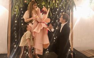 Bạn trai kém 10 tuổi quỳ gối cầu hôn Thu Thủy sau 1 năm hẹn hò, phản ứng của cậu con trai gây chú ý