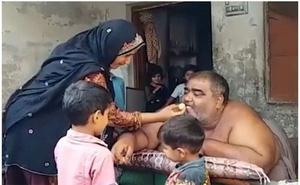 Điều động trực thăng giải cứu người đàn ông béo nhất Pakistan, nặng tới 330 kg