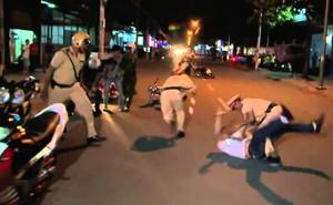 Nam thanh niên vi phạm chạy xe vào nhà dân rồi đánh CSGT