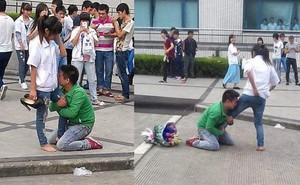 Chàng trai quỳ gối, ôm chân cô gái không chịu rời, bó hoa bị vứt sang một bên