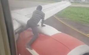 'Hú hồn' thanh niên trèo lên cánh máy bay khi đang chuẩn bị cất cánh