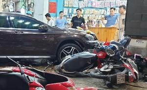 Hiện trường kinh hoàng sau khi nữ tài xế lái Mercedes tông xe máy nằm la liệt ở Sài Gòn