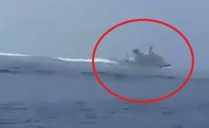 Video: Tàu cao tốc Iran săn đuổi khu trục hạm Anh ở vịnh Ba Tư