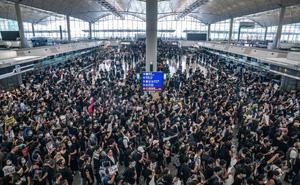 """Tê liệt vì biểu tình, Hong Kong hủy tất cả các chuyến bay, TQ nói có """"dấu hiệu khủng bố"""""""