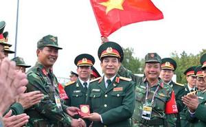 Thượng tướng Phan Văn Giang chúc mừng Đội tuyển Xe tăng Việt Nam về nhì Chung kết Tank Biathlon 2019