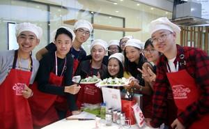 115 học sinh châu Á thích thú trổ tài làm món phở cuốn