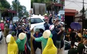 Vụ nhóm thanh niên xăm trổ phá cổng làng: Triệu tập 11 đối tượng, mời chủ xe biển số VIP lên làm việc