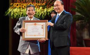 Nghệ sĩ Trần Hạnh được Thủ tướng Nguyễn Xuân Phúc ôm, trao tặng danh hiệu NSND
