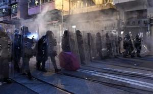 Sau vụ người biểu tình ném quốc kỳ TQ xuống biển, Trưởng đặc khu cảnh báo: Hong Kong đang bị đẩy vào tình thế vô cùng nguy hiểm