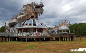 Ảnh: Hạn hán kéo dài khiến con rồng kinh dị trong công viên nước bỏ hoang ở Huế 'mắc cạn'