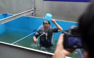 Chuyên gia Nhật tắm sông Tô Lịch sau xử lý: 'Tôi không cảm thấy ngứa hay có khó chịu nào'