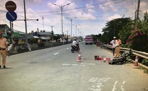 Mẹ bị xe khách cán tử vong, con ôm thi thể mẹ gào khóc giữa đường