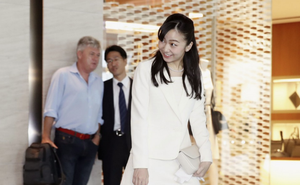 Công chúa xinh đẹp nhất Nhật Bản tỏa sáng tại sân bay với phong thái chuẩn mực, bắt đầu chuyến công du nước ngoài đầu tiên