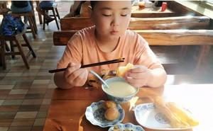 Cậu bé liên tục ăn 5 bữa một ngày để tăng cân cấp tốc, lý do vừa cảm động vừa xót xa